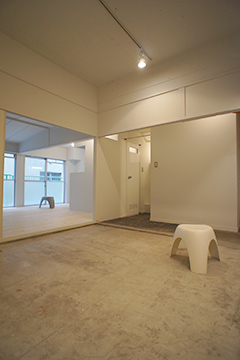 土間部分は天井を抜いているため高く開放的な空間