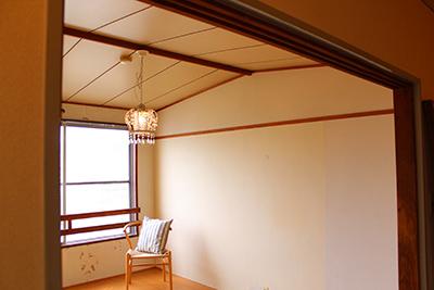 本館住居内の様子。天井は船底天井