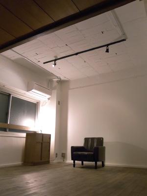 天井は白く塗装してクリーンな印象に。