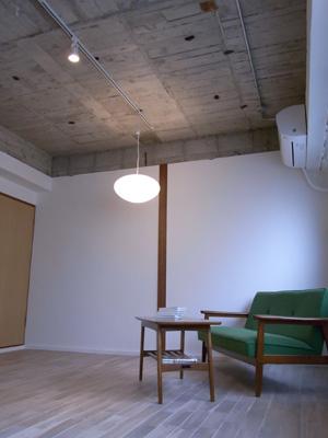 天井は荒々しく。