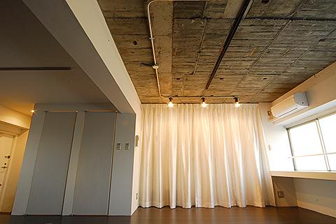 設備や棚、机などの機能は全て壁側に寄せたワンルーム。