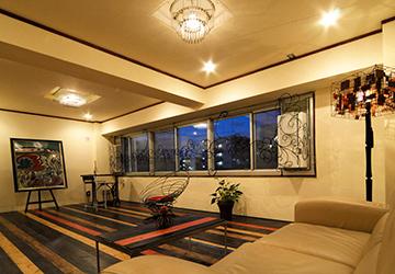水平窓に広がるカラクサ模様の装飾は、夜は室内の光で存在を柔らかくし、昼は外の光を受けて浮き上がってきます。
