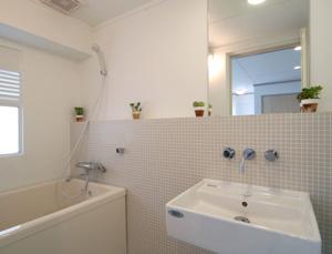 モザイクタイルがおしゃれな浴室。