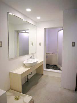 ホテルライクな洗面所。この大きな鏡が身支度にとても助かるし、空間を広く見せてくれます。