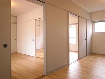 白色の壁まで巻き込み室内全体が、ほわーっとグラデーションをおびて広がる