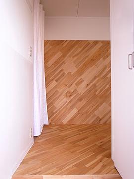 玄関を開けると正面には斜めに貼られた木が