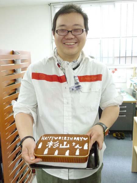冷泉荘管理人のスギヤマさんとバースデーケーキはエントランスカフェ(福岡市中央区大名)特製のティラミスを
