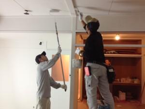 天井まで丁寧に塗ってもらいます