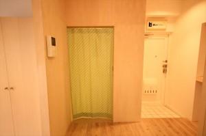洗面脱衣所入り口のPOPなアップルグリーンのカーテン
