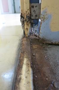 外部階段の非常扉の鉄扉どうしても錆びてしまいます