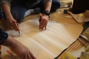 アナログなお手製コンパスでいろいろな大きさの円を描き切っていきます。