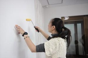 塗り残しがないかを丁寧に確認しながらローラーとハケで塗っていきます。