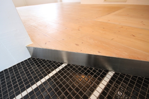 床はオール無垢フローリング、玄関はタイルでデザイン