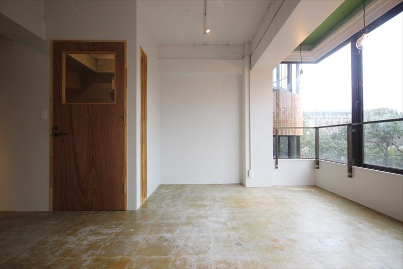 入り口から左側は大通りに面してかつ全面開口でとても明るい空間
