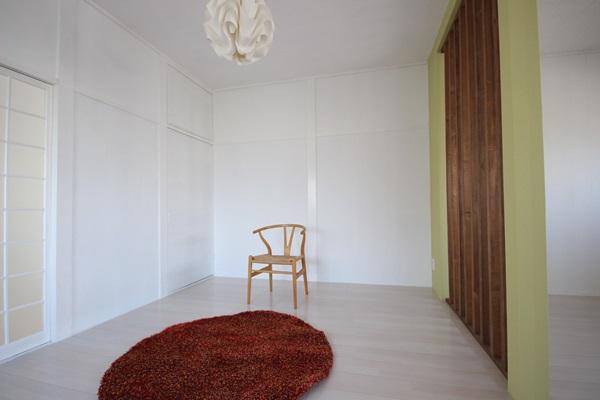 ダイニングキッチンとリビングは天井に届く背の高い木格子で仕切られ