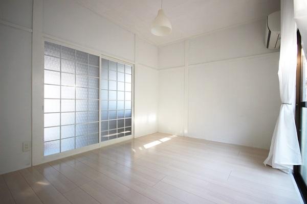 洋室との仕切りには白に塗装された既存の建具