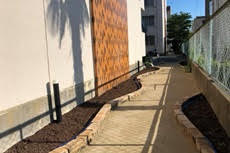 敷地内の舗装で小道をつくるワークショップ