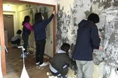 福岡テンジン大学で「壁紙はがし」をしながら暮らしについて考える授業